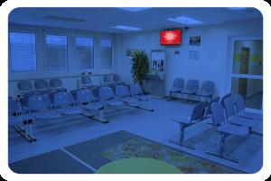 CMS_Warte-TV_Jobcenter_Spandau_Eingangszone_Gelb_Wartebereich_1 (1)