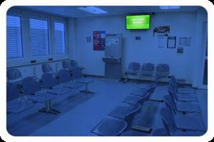 CMS_Warte-TV_Jobcenter_Spandau_Eingangszone_Rot_Wartebereich_1 (2)