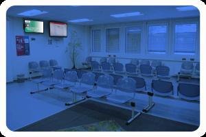 CMS_Warte-TV_Jobcenter_Spandau_Eingangszone_Rot_Wartebereich_2 (5)